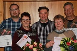 Andreas Bergmann (Mitte) ehrte als Vorsitzender des TTC Haßbergen die langjährigen Mitglieder Hendrik Mönch (25 Jahre), Anke Holste, Ilse Schmädeke und Ralf Cordes (von links).