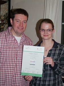 TTC-Vorsitzender Andreas Bergmann mit Haßbergens Präventionsübungsleiterin Carolin Brockhagen